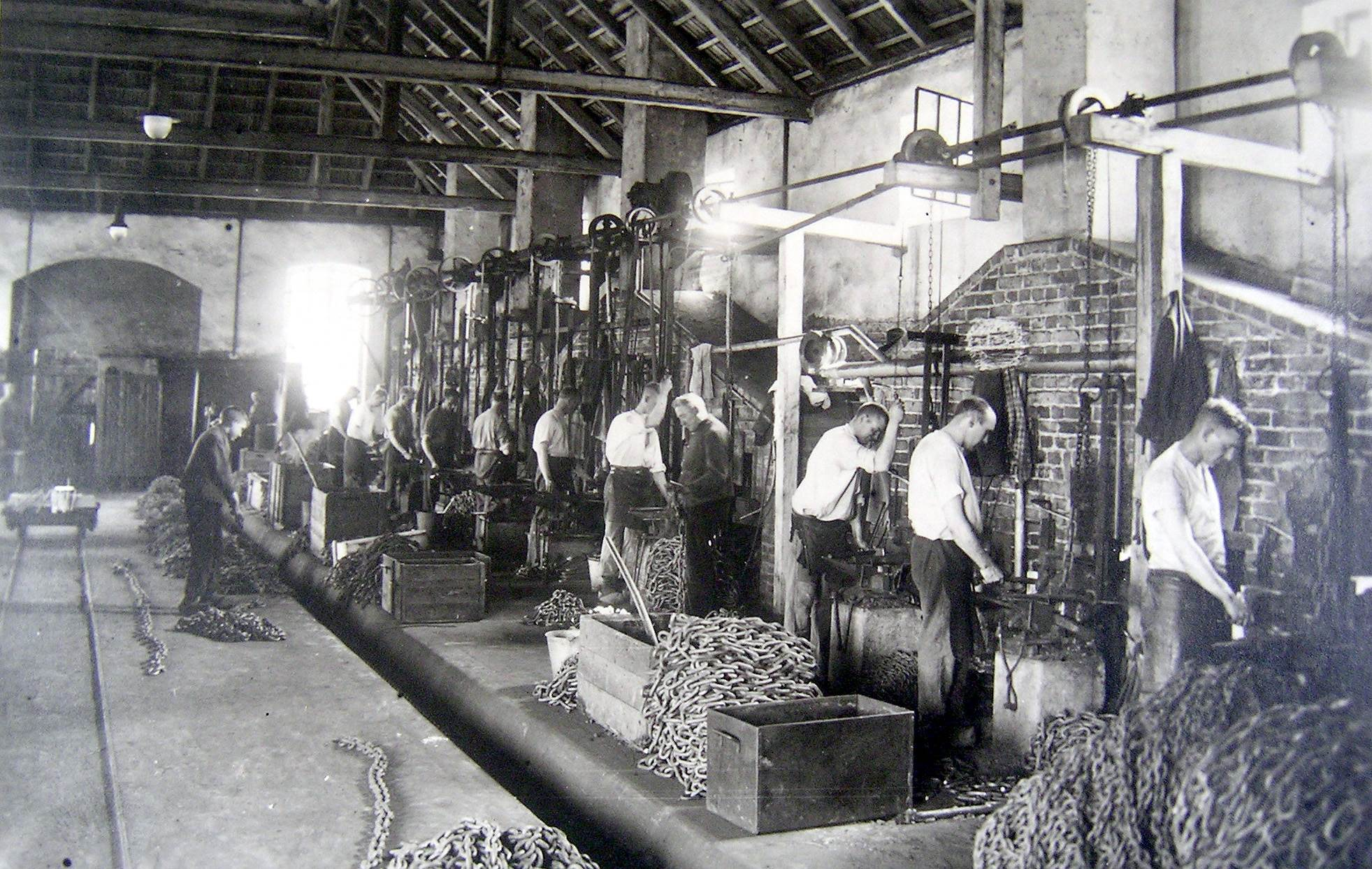 Kettenschmiede bei der Arbeit, Kettenfabrik Beckmann Römerstraße (später Kettenfabrik Koch)