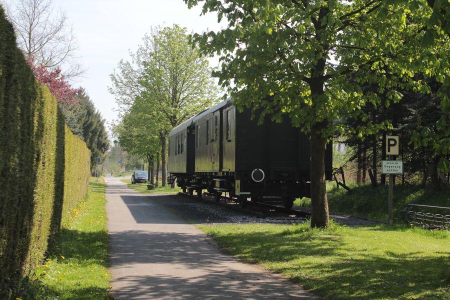 Die ehemalige Bahntrasse mit Museumswaggons