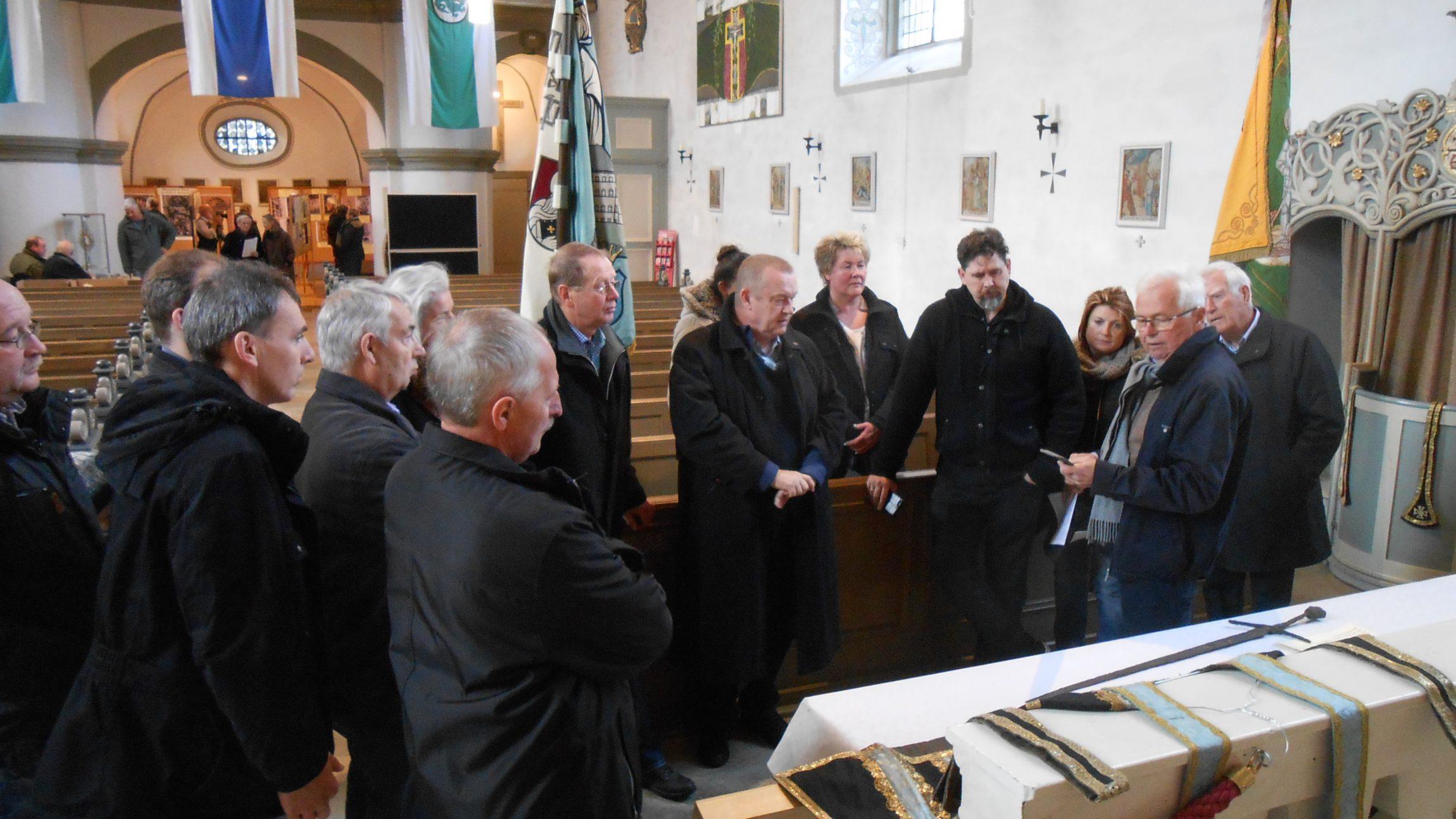 Helmut Fröhlich informiert eine Besuchergruppe über die Ausstellung