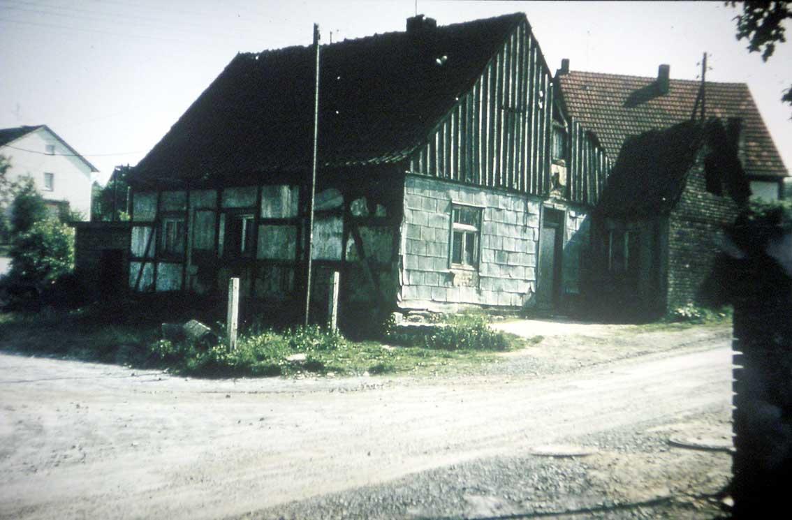 Rothaus Ecke /  An der Einmündung der Eichgartenstraße in den Hammerberg stand das damals schon recht baufällige Haus der Familie Rothaus/Templin. Dieses Gebäude musste dem Ausbau der Hammerbergstraße 1974 weichen. 1977 entstand dort ein neues Wohnhaus.