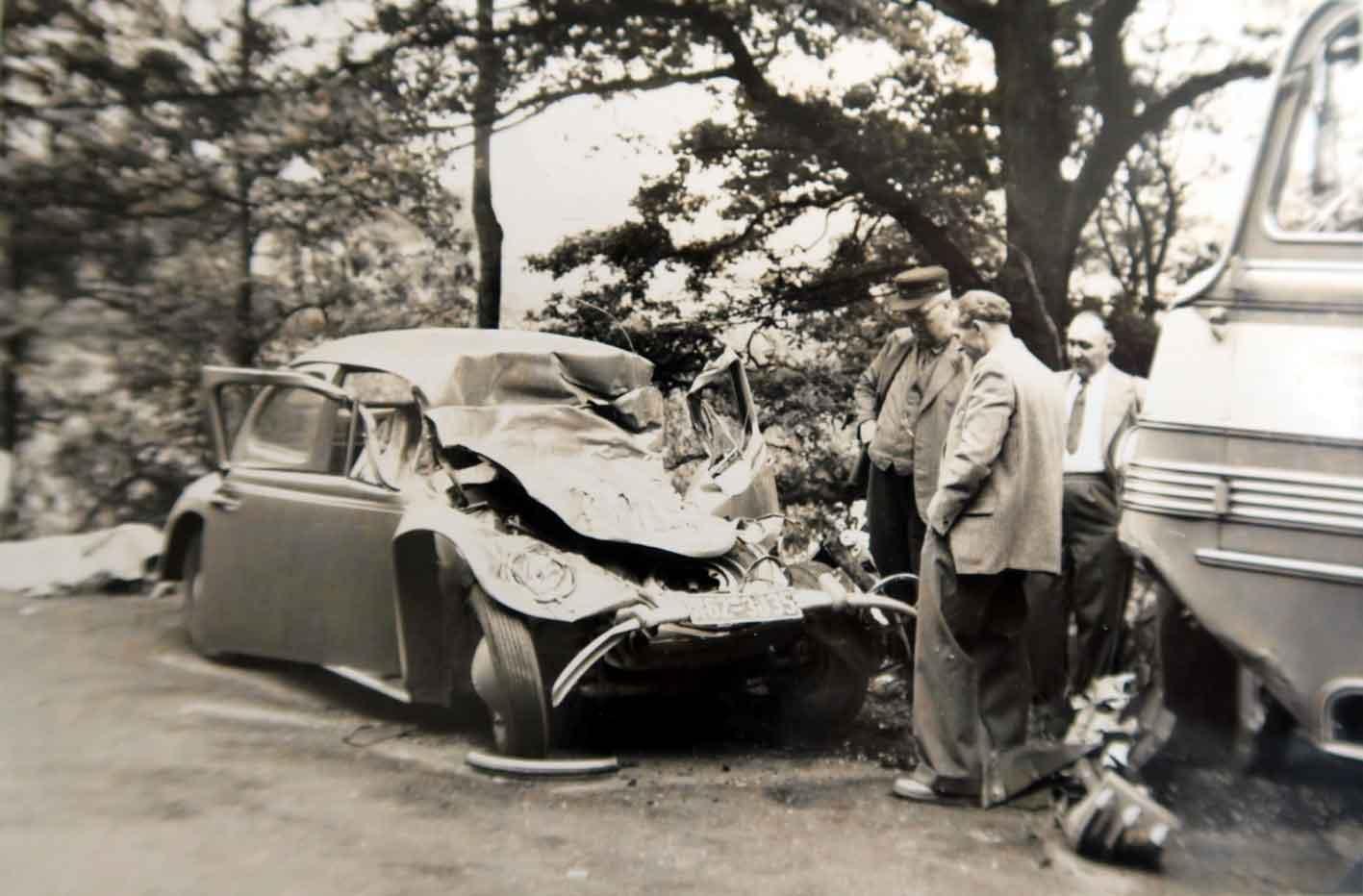 """Bild 6296: """"Knappmüllers Fritz"""" begutachtet einen Unfallwagen - Anfang der 1950er Jahre"""