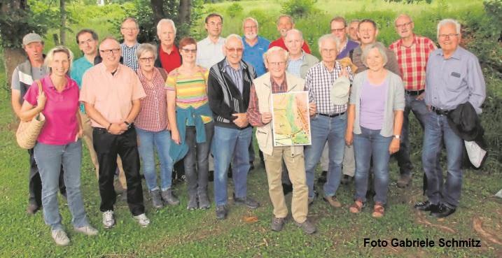 """Zu einer Abendwanderung mit Ortsheimatpfleger Willi Hecker fanden sich am 15. Juni 2018 etwa 20 Heimatfreunde ein. Die zweistündige Exkursion begann am """"Alten Bahnhof"""" in Sichtigvor, wo die geologische Entstehung des Schwemmkegels des Wannetals erläutert wurde. Aus dem angeschwemmten Lehm wurden schon vor jahrhunderten Ziegel hergestellt; aus dem lateinischen Wort """"tegula"""" für Ziegel ist heute noch der Name """"Teiplaß"""" für den 1656 gegründeten Ort Sichtigvor herzuleiten. Der weitere Weg führte an der Ostseite des Tals zu """"Tüllmanns Wiese"""", deren Pflanzenvielfallt mittlerweile besonders geschützt ist."""