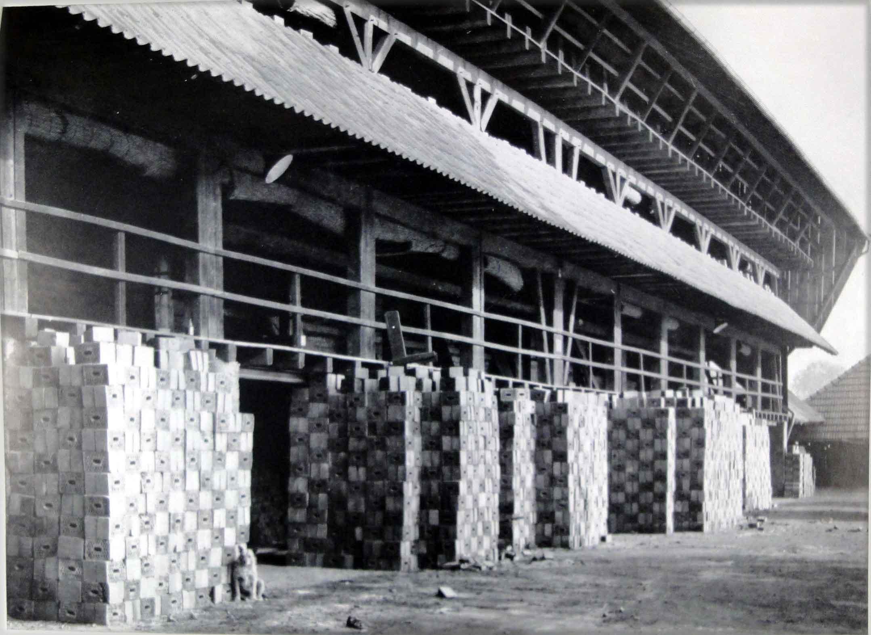 Bild 6409: Die Ziegelei von Berghoff in Allagen mit Produktion