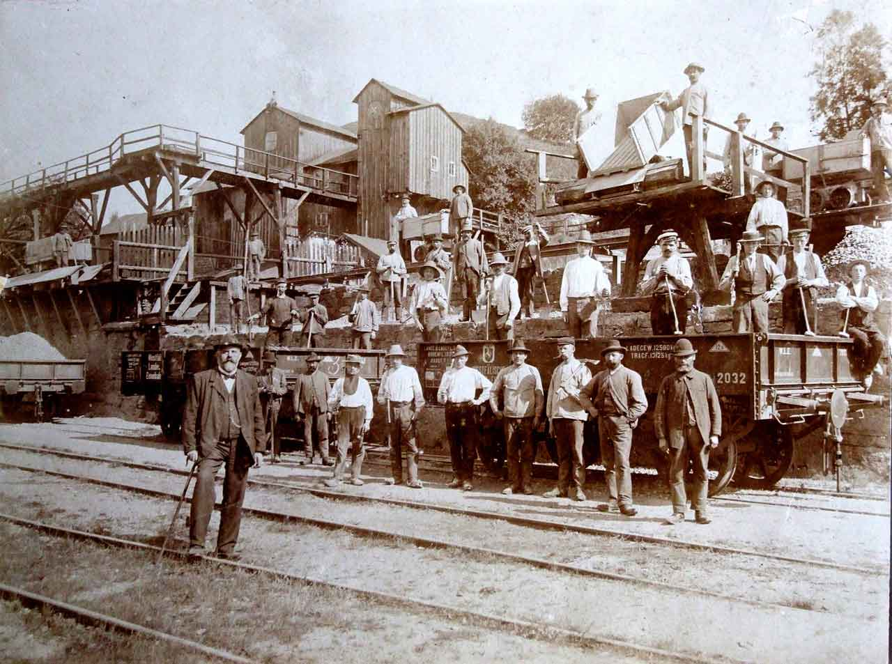 Bild 6425: Die Belegschaft des Drewer Steinbruch mit Brecheranlage und Verladerampe im Jahr 1912.  Arbeiter mit Handwerkzeug, insbesondere mit Knollhammer rechts auf dem Waggon.  Im Vordergrund Provinzialstraßenbaumeister Wiesebrock, Belecke.